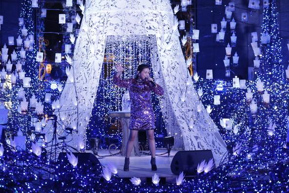 Beverlyがイルミネーションの中で名曲「Let It Go」を熱唱!「夢が叶いました、今夜は眠れないです!」