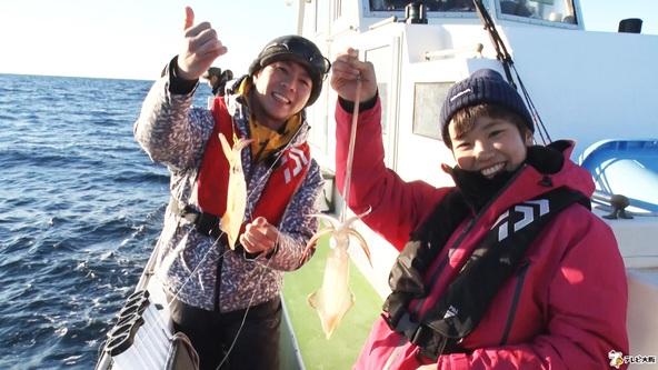 現役女子高生も船上で大興奮!!旬のマルイカ大量祭り「THEフィッシング」