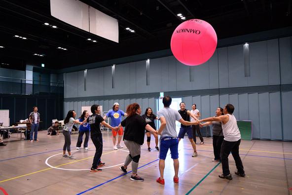 田上豊(田上パル)演出、巨大なボールで競う日本×フィリピンのスポーツコメディ『KIN-BALL キンボール』稽古場レポート (c) (撮影:松本和幸)