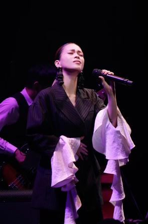 デビュー20周年記念特別公演が決定したことを発表した、小柳ゆき