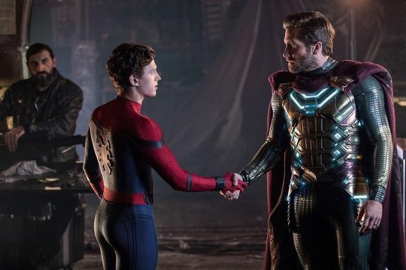 左から、スパイダーマン/ピーター・パーカー(トム・ホランド)、ミステリオ/ベック(ジェイク・ギレンホール)