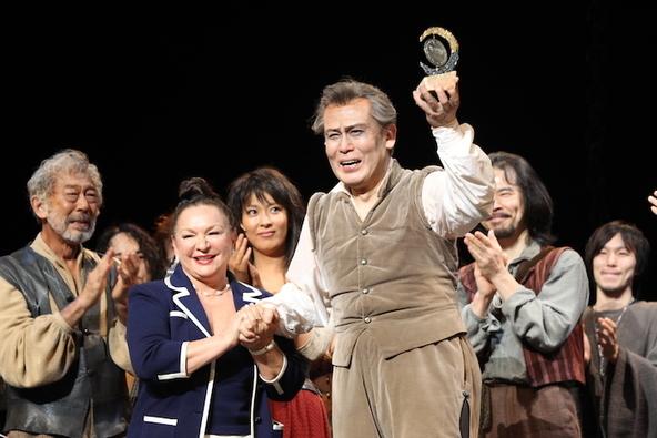 2012年8月、『ラ・マンチャの男』1200回目公演の日。脚本の故デール・ワッサーマンの「この作品にふさわしい人に渡してほしい」という遺志により、66年にトニー賞を受賞した際のトロフィーが、ワッサーマン夫人から白鸚に授与された。 (c)(東宝提供)