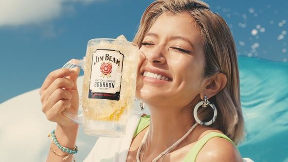 ― 世界No.1(※)バーボン「ジムビーム」新TV-CM ― 夏らしさ全開!ショートボブヘアの「新ローラ」として初CM!ローラさんがハワイらしい青空の下、メガジョッキ片手に夏をエンジョイ! (1)