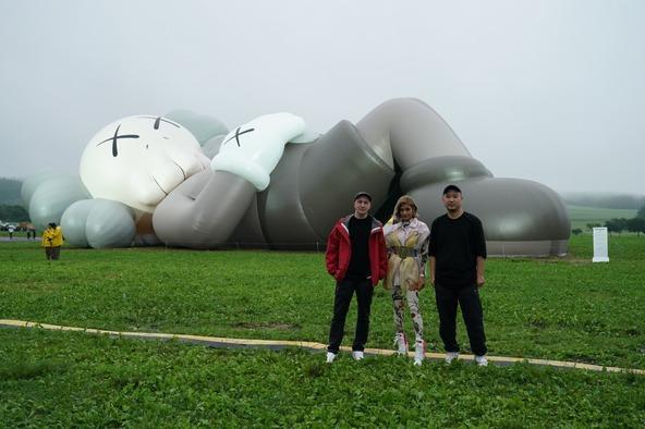 KAWS:HOLIDAY JAPAN Ceremonial Camp Day開催!ローラがL.Aから駆け付け全長40mの巨大アートを前にKAWS本人とスペシャルトークセッション実施! (1)