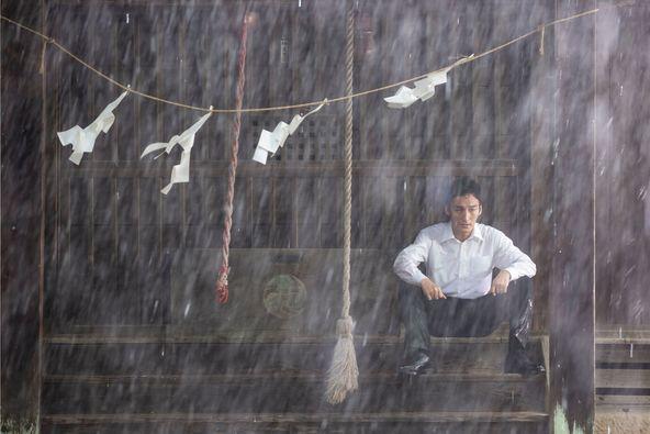 草彅剛が中村倫也と衝突?鼻血を流し、首にコルセットを装着したカットも 映画『台風家族』場面写真15点を一挙公開 (C)2019「台風家族」フィルムパートナーズ