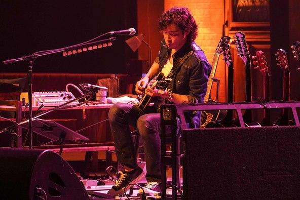 ギターはもちろん、ベース、ドラム、キーボードも使いこなす斉藤和義 2年ぶりの弾き語りツアーの東京公演をWOWOWで放送! (1)