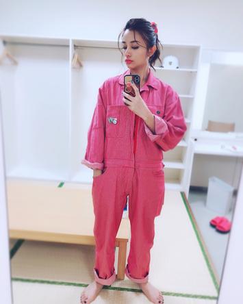 『ミス・ジコチョー〜天才・天ノ教授の調査ファイル〜』役衣装姿の高橋メアリージュン