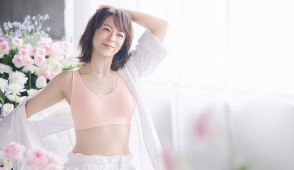 初挑戦の下着モデルで、変わらぬ美しいプロポーションを魅せる! 佐藤仁美さんが、1秒に1枚の販売実績(※1)を誇る'キレイとラクを叶える快適ブラ' 「ジニエブラ」の新イメージモデルに就任! (1)