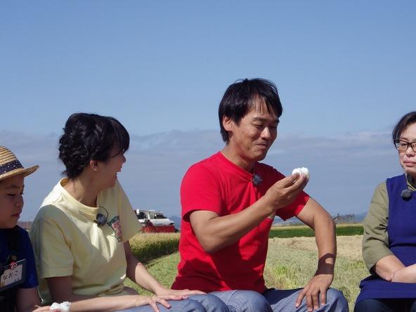 『あぐり王国北海道NEXT』新品種「えみまる」にご満悦の森崎リーダー (c)HBC