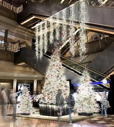 華やかな衣装をまとった堀田茜さんが4mのクリスマスツリーを点灯! (1)