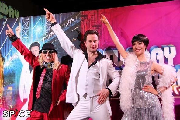 ミュージカル『サタデー・ナイト・フィーバー』に主演するリチャード・ウィンザー(中央)と、公式サポーターのDJ KOO(左)、同アンミカ(右)