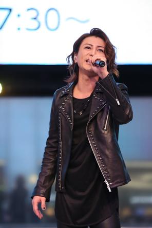 氷川きよしが大ヒット中のシングル「大丈夫/最上の船頭」のG・H・Iタイプ発売記念イベント。約2000人のファンの前で全8曲熱唱