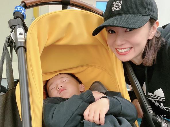 鈴木亜美が公開した、愛息子との2ショット