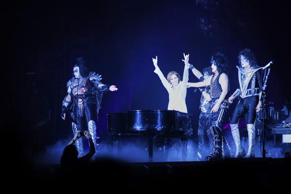 """YOSHIKI、自身の""""人生を変えたバンド""""と遂にステージ共演!KISSの東京ドーム公演にサプライズ出演「今の僕があるのはKISSのおかげ」"""