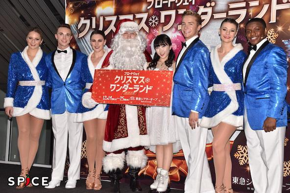 『ブロードウェイ クリスマス・ワンダーランド2019』の応援サポーター&ゲストスケーターの本田望結(右から4人目)と出演者ら