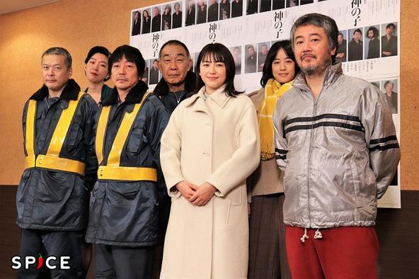 (前列左から)田中哲司、大森南朋、長澤まさみ、赤堀雅秋(後列左から)江口のりこ、でんでん、石橋静河