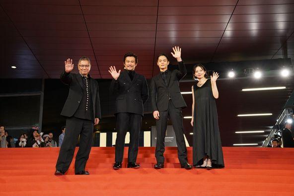 左から、三池崇史監督、内野聖陽、窪田正孝、ベッキー