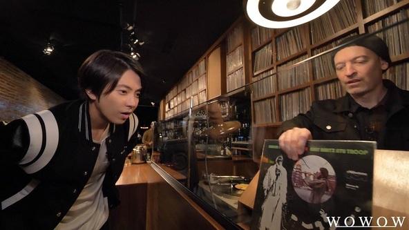 ※人気DJで世界屈指のレコードコレクターとしても知られるピーナッツ・バター・ウルフへの取材シーン