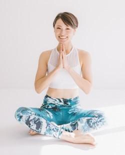 視聴者数59万人! 再生回数1億回!日本一のヨガYouTuberの1日5分から始める美腹筋トレーニングがすごい (1)
