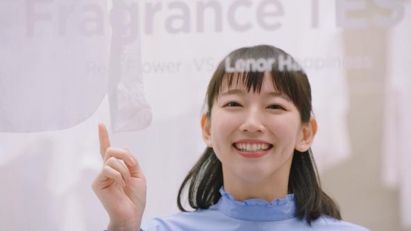 女優の吉岡里帆さんが目隠しをして臨んだ実験を遂に公開!フラワーデザイナーと共同開発し「まるで本物の花の香り」を実現した新「レノアハピネス」3月1日(日)、新CM全国でオンエア開始