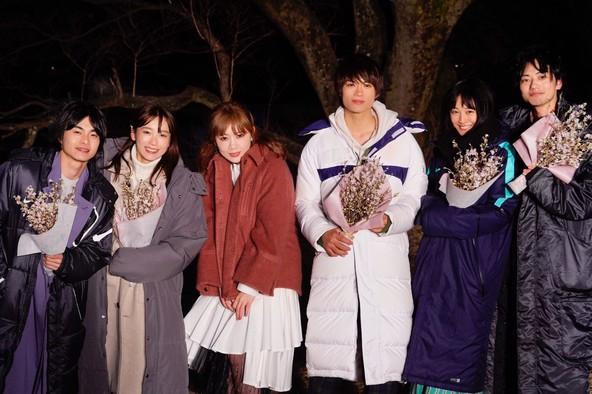 挿入歌「3月9日」が大反響のMACO、話題のAbemaTVオリジナルドラマ「僕だけが17歳の世界で」撮影現場をサプライズ表敬訪問! (1)  (C)AbemaTV