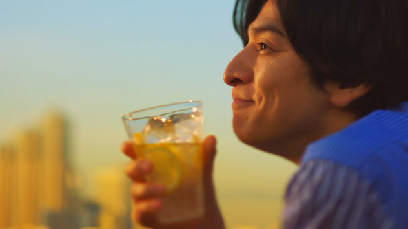 生田斗真と中村アンが上質な時間をエモーショナルに表現する「麒麟特製ストロング」新CMを、ミスチルの新曲「others」が彩る!