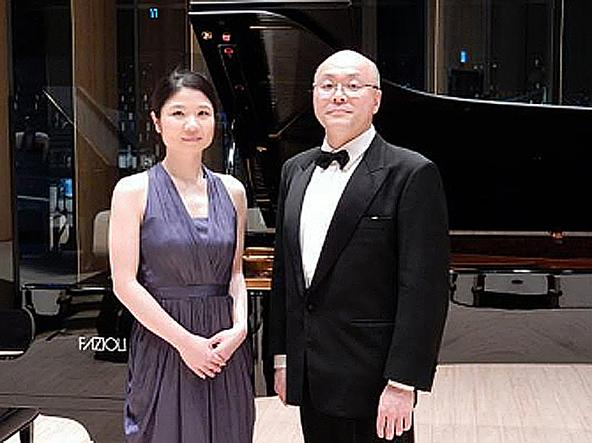 (右)根岸一郎(歌唱)、(左)河内春香(ピアノ)