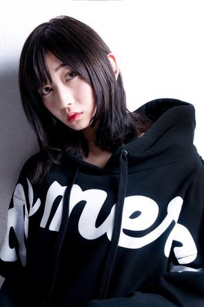 モデルの志田愛佳、UVERworldのTAKUYA∞が撮影を行い、オフショット写真を公開。 (1)