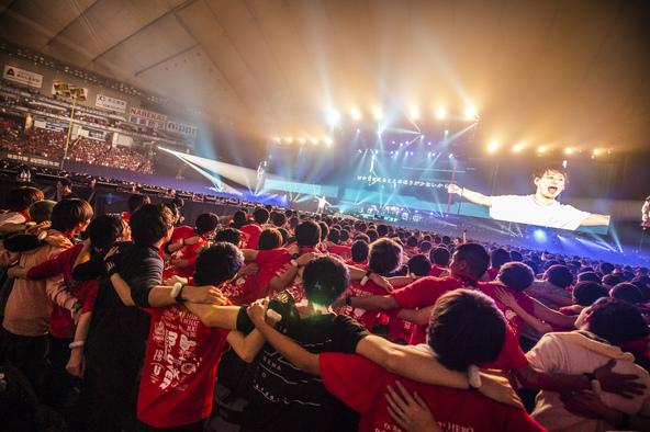 """「これぞ、男祭り!」な4万5000人の男による大歓声と大合唱!UVERworld、日本最大規模の""""男祭り""""ライブダイジェスト映像公開"""