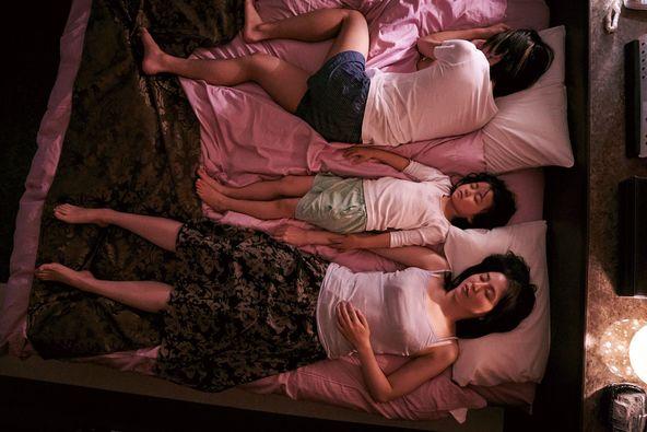 長澤まさみと奥平大兼がラブホテルのベッドで横たわる 映画『MOTHER マザー』母子の姿をとらえたカットなど場面写真8点を公開 (C)2020「MOTHER」製作委員会