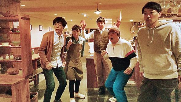 映画『ドロステのはてで僕ら』劇中シーンより。(左から)石田剛太、藤谷理子、酒井善史、諏訪雅、土佐和成。