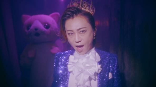 デビュー満20周年の氷川きよし、初のポップスアルバムより王子風の衣装とアリス風の衣装で二役を表現した「不思議の国」MVが公開