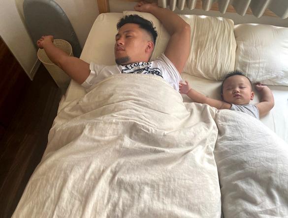 卜部弘嵩が公開した、愛息との寝姿写真