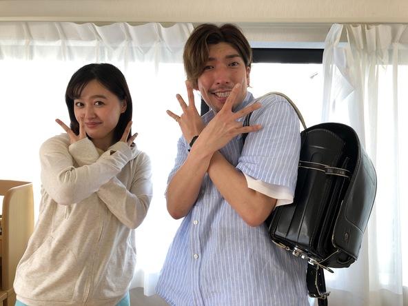 『THE突破ファイル』で共演する久住小春、りんたろー(EXIT) (c)日本テレビ