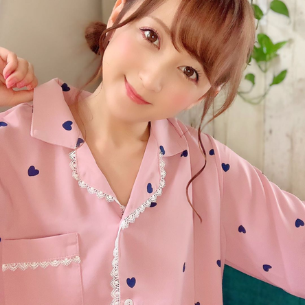 小松彩夏が公開した、お気に入りのパジャマ姿(1)