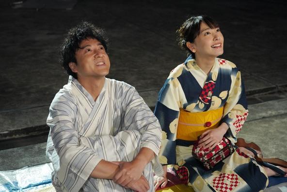 「親バカ青春白書」ガタロー(ムロツヨシ)と幸子(新垣結衣) (c)NTV