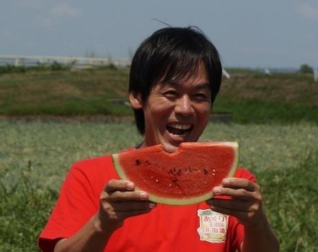 『あぐり王国北海道NEXT』満点の笑顔でスイカを頬張る森崎リーダー (c)HBC
