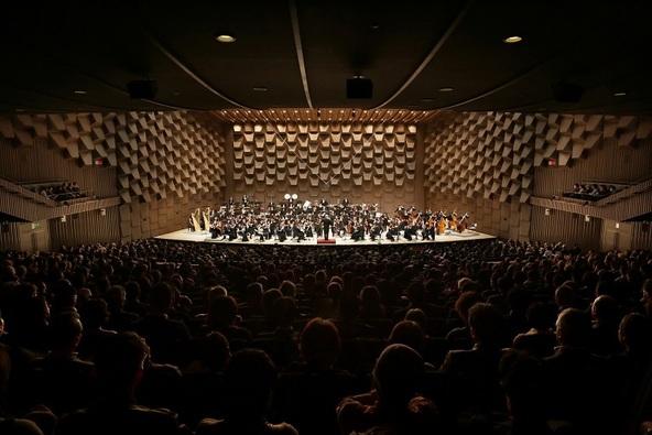 芸術・エンタテインメントの殿堂フェスティバルホール。演奏は大阪フィル。 (c) (C)飯島隆