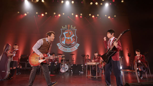 ミュージカル『スクールオブロック』西川貴教(左) (C)ホリプロ