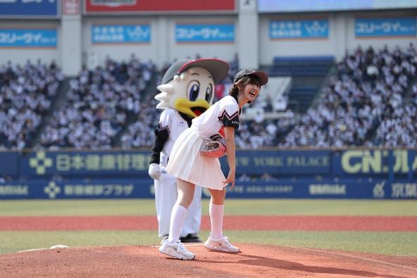 鈴木愛理、里崎智也とのバッテリーで始球式に登場!ワンバン投球に「本当に悔しい!ノーバウンド成功するまで挑戦したいです」