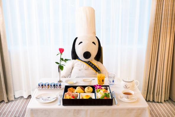料理長スヌーピーと、期間限定の宿泊プラン「Grand Chef SNOOPY」の朝食 (c)(写真=オフィシャル提供)