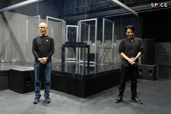 (左から)鈴木勝秀、佐藤アツヒロ (c)撮影:岩田えり