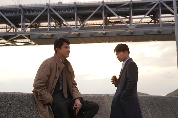 映画『罪の声』で映画初共演の小栗旬・星野源 が「小説現代」表紙&グラビアを飾る!!