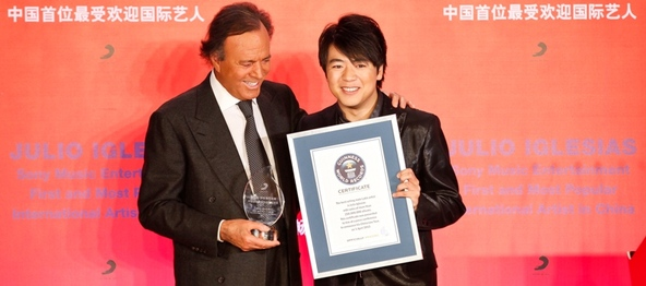 フリオ・イグレシアス、「中国で最も著名なインターナショナルアーティスト」としてラン・ランより表彰状授与。