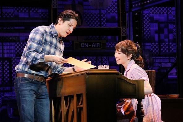 ミュージカル『ビューティフル』舞台写真より (左から)伊礼彼方、水樹奈々 (c)写真提供/東宝演劇部