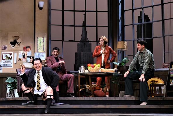 12月5日に初日を迎えた、シス・カンパニー『23階の笑い』の一場面。左から小手伸也、吉原光夫、松岡茉優、鈴木浩介 (c)(撮影:宮川舞子 写真提供:シス・カンパニー)