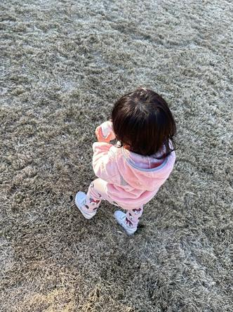 """ダルビッシュ聖子が公開した1歳の娘が""""変化球""""を練習している姿(1)"""