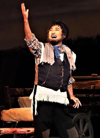 ブロードウェイ史に輝く名作『屋根の上のヴァイオリン弾き』、その知られざるメイキングを明かす~「ザ・ブロードウェイ・ストーリー」番外編 (c)2021年版『屋根の上のヴァイオリン弾き』より、〈もし金持ちなら〉を歌うテヴィエ役の市村正親。写真提供/東宝演劇部