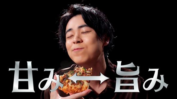 成田凌が炭火焼きビーフのピザを豪快にかぶりつき、その美味しさの真髄を探る!? 「ピザーラ」新CMが放送