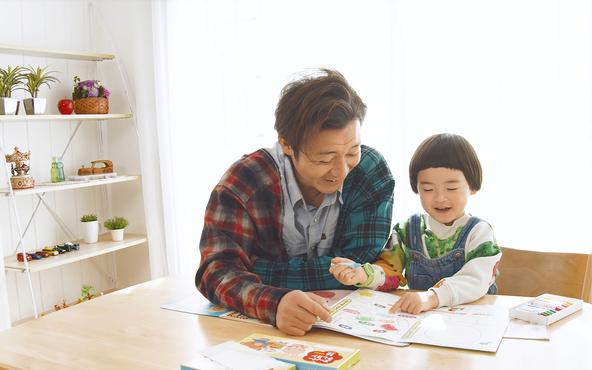 幼稚園・保育園向けの保育絵本「つながるえほん」のPR動画に、俳優・タレントのつるの剛士さんが出演。 (1)